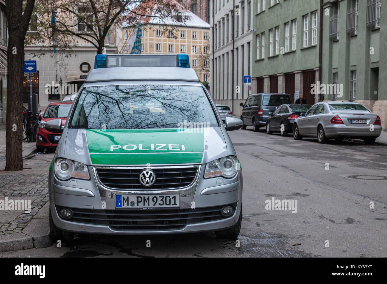 München, Deutschland - Dezember 18, 2017: Volkswagen aus der Bayerischen Staatlichen Polizei (Polizei) in München. Stockbild