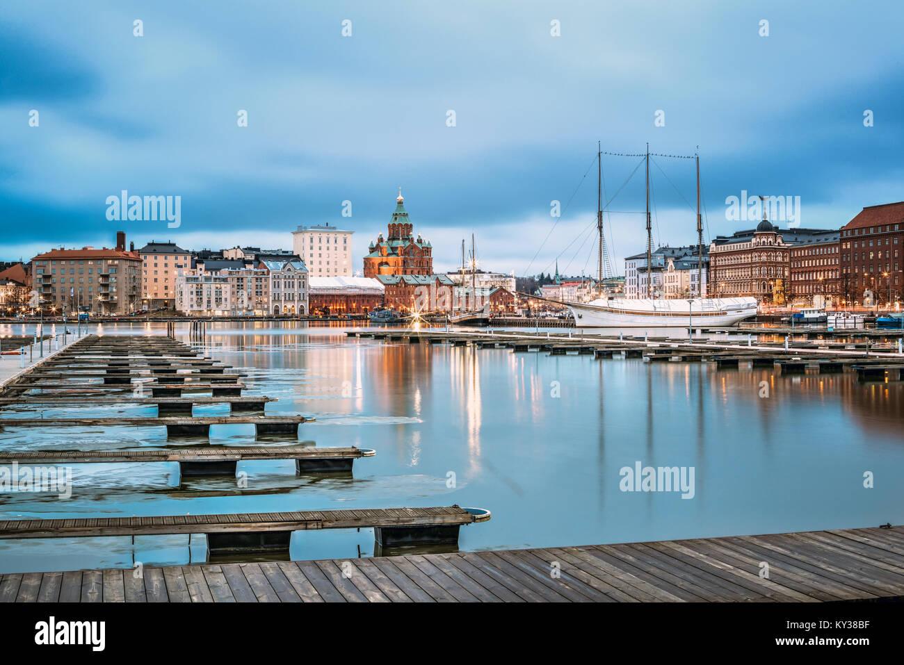 Helsinki, Finnland - 6 Dezember, 2016: Blick auf die Stadt und am Abend Uspenski Kathedrale von Pier. Stockbild