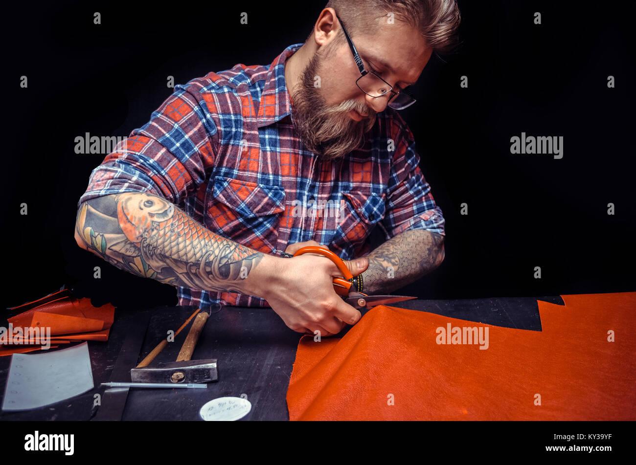 Handwerker, die ein gutes Produkt im Shop Stockbild