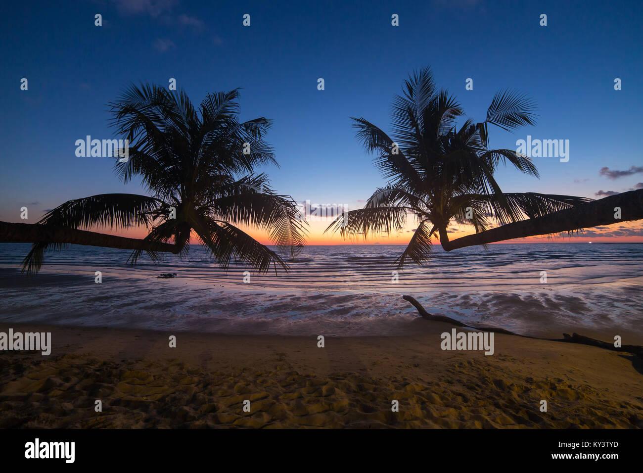 Palmen bei Sonnenuntergang auf einem wunderschönen tropischen Strand auf Koh Kood Insel in Thailand. Stockbild