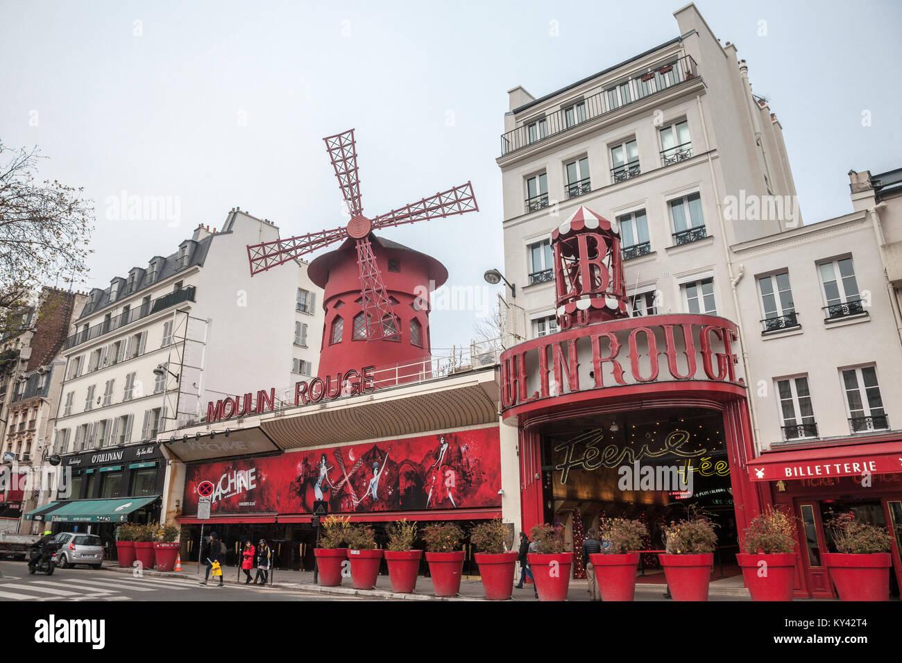 PARIS, Frankreich, 19. Dezember 2017: Moulin Rouge während einem bewölkten Nachmittag im Rotlichtviertel Stockbild