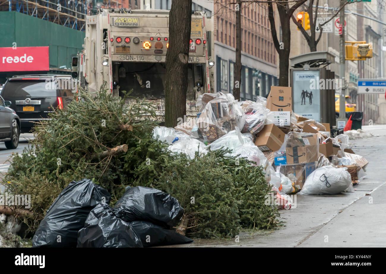 Säcke mit Müll erwarten Pick-up in New York am Donnerstag, 11 ...