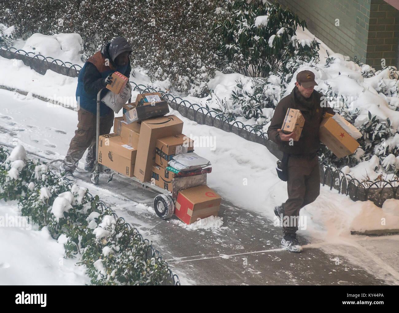 Ein UPS-Arbeiter und ein saisonal Helfer mit ihren Pfosten ...
