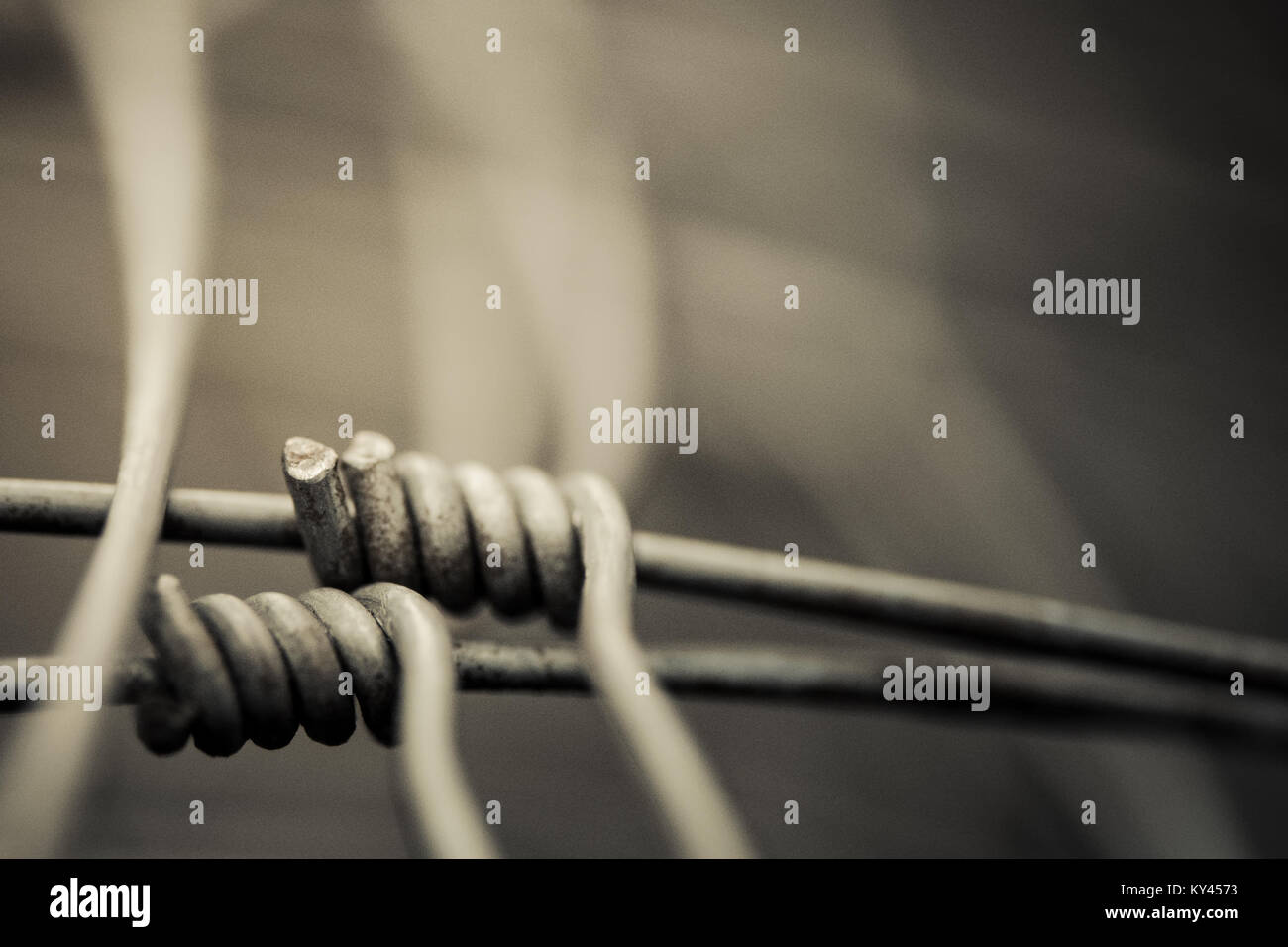 Detail aus Metall Drahtgeflecht auf unscharfen Abstrakt Hintergrund. Künstlerische Melancholie in der Nähe Stockbild