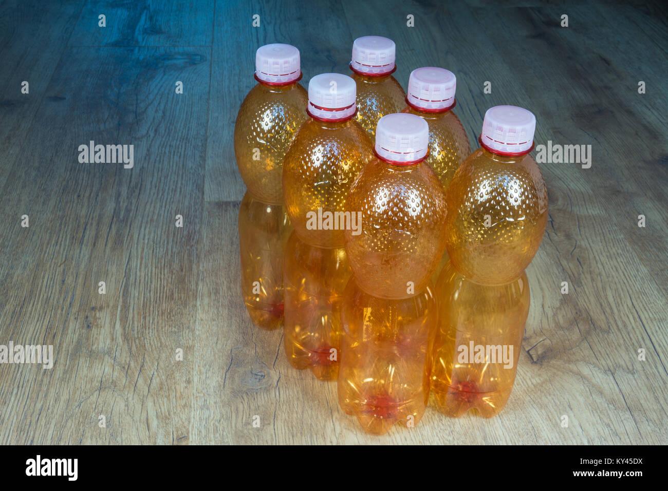 Fußboden Braun Center ~ Leere plastikflaschen. Ökologische trennung von hausmüll. orange