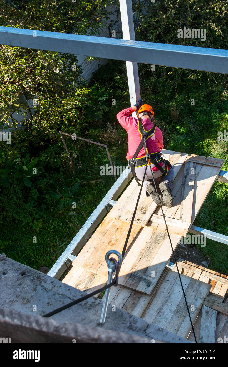 Sicherheit von Arbeiten in Höhen, auf dem Bau. Schutz der Arbeitnehmer bei der Arbeit auf einem Balkon. Stockbild
