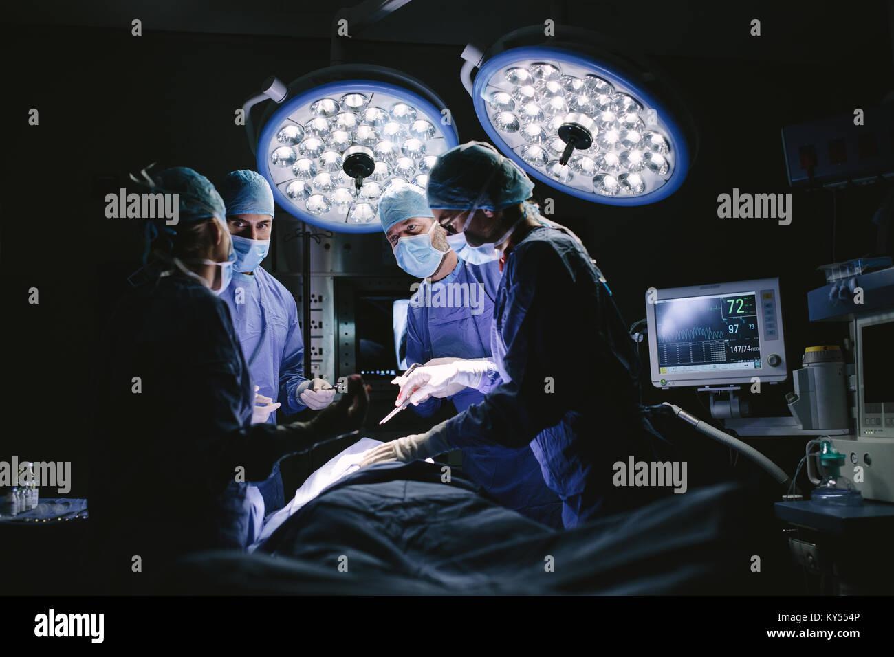 Medizinisches Team bei Operationen im Krankenhaus. Gruppe von Chirurgen bei der Arbeit im Betrieb Theater. Stockbild