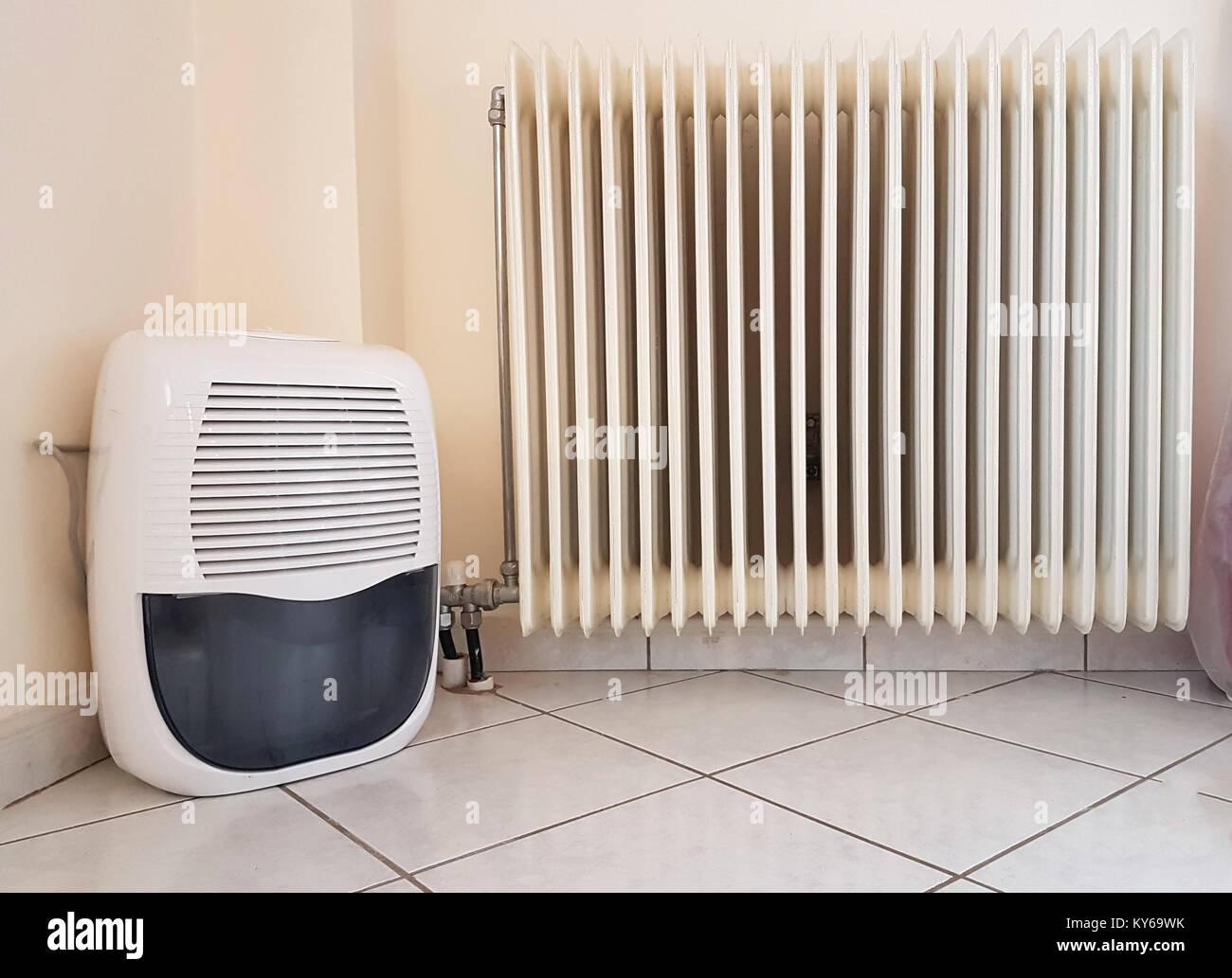 Luftbefeuchter und Heizung alt im Zimmer Stockfoto, Bild: 171628511 ...