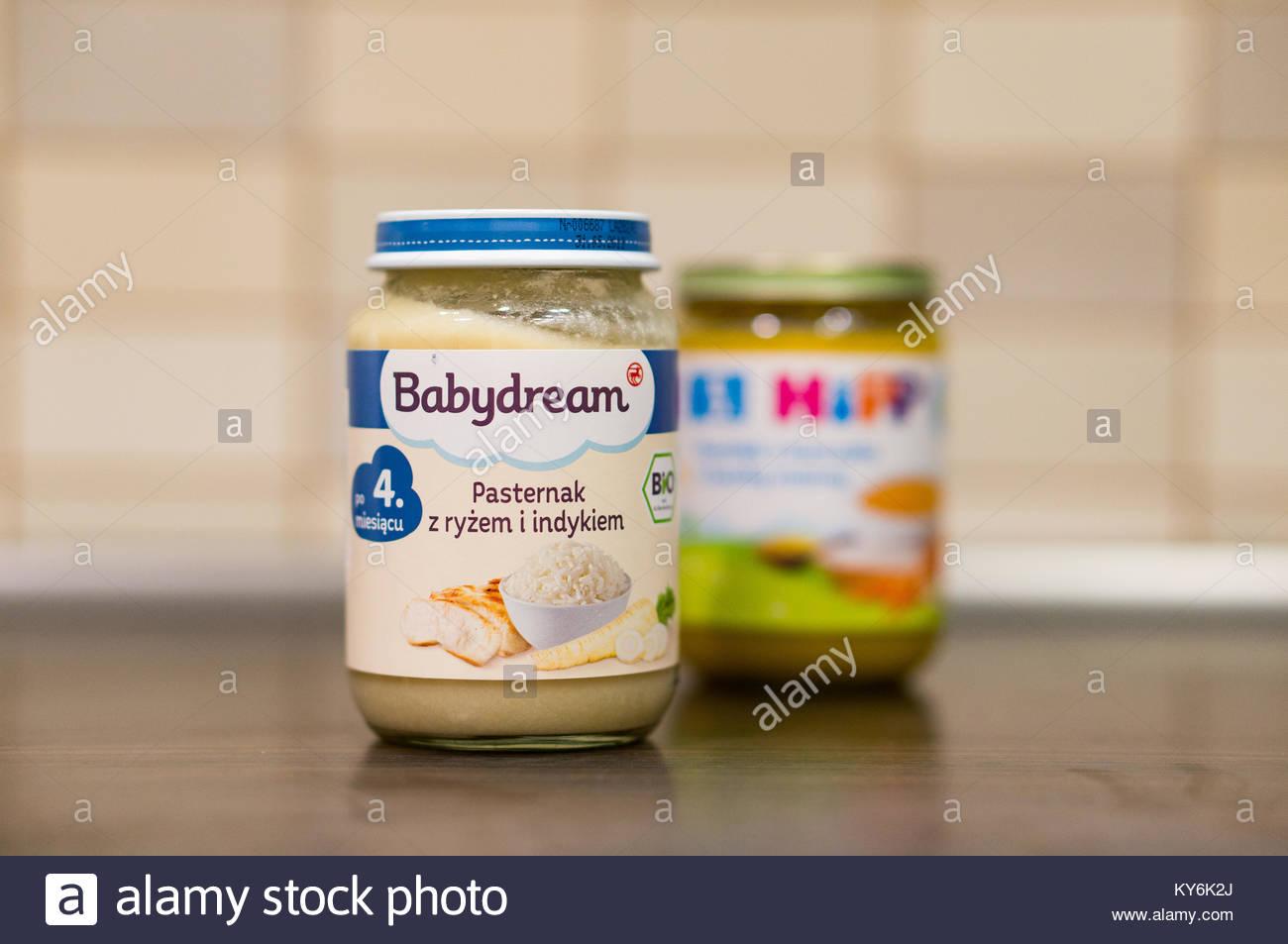 a3c37e5e8458b2 Babydream Babynahrung mit Reis und der Türkei in einem Glas auf dem Tisch  auf circa Januar