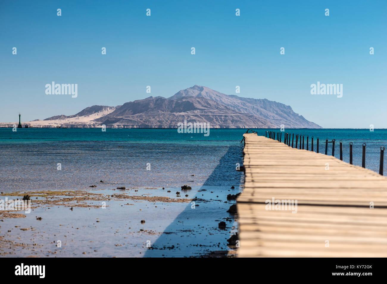 Alte hölzerne zerstörte Brücke auf dem Weg zur Insel Tiran Stockbild