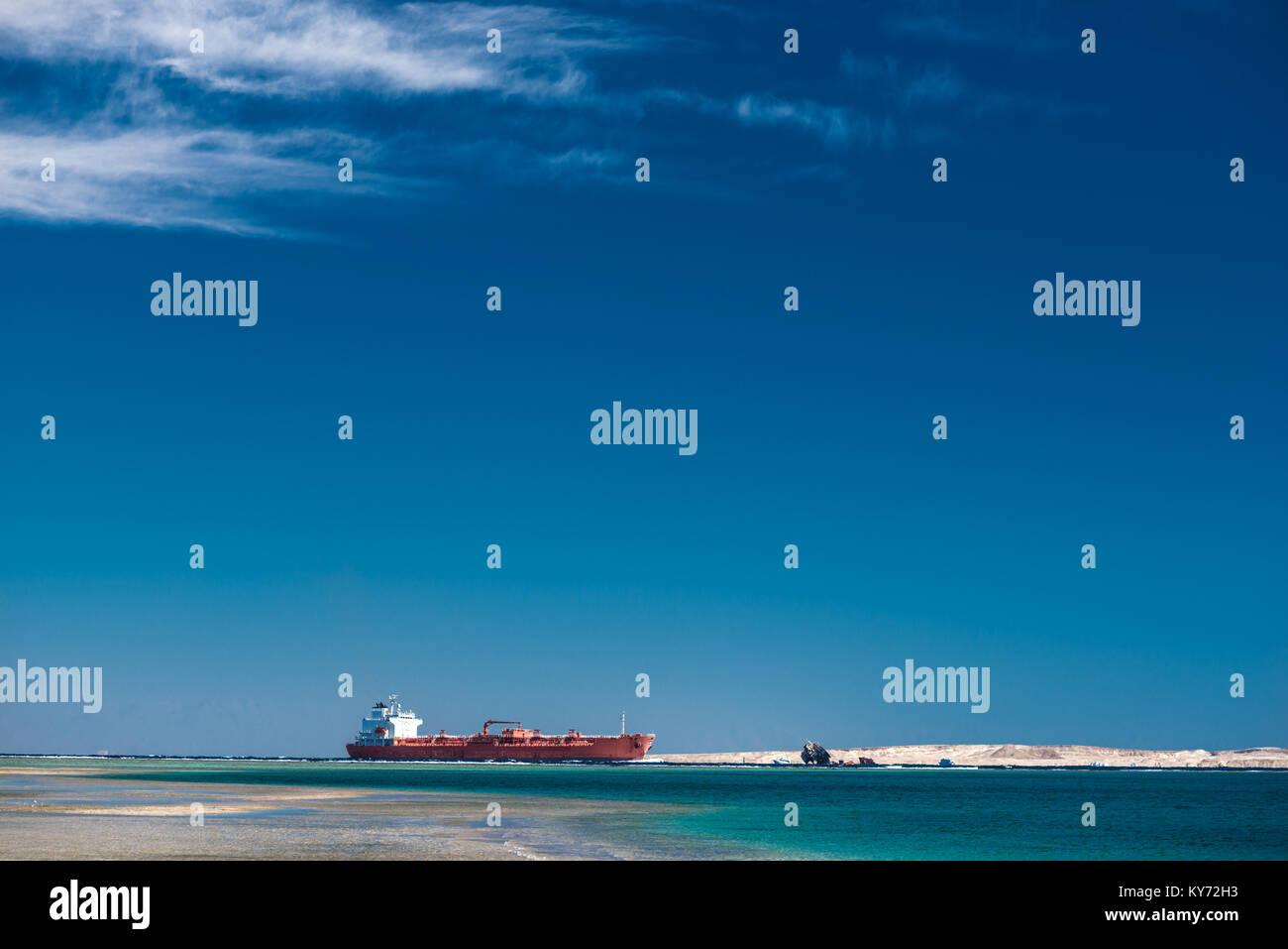 Red cargo Schiff im Roten Meer Stockbild