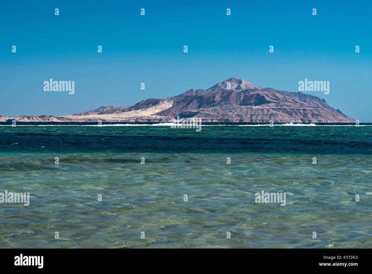 Blick auf die Insel Tiran vom Roten Meer in Sharm El Sheikh, Ägypten. Stockbild