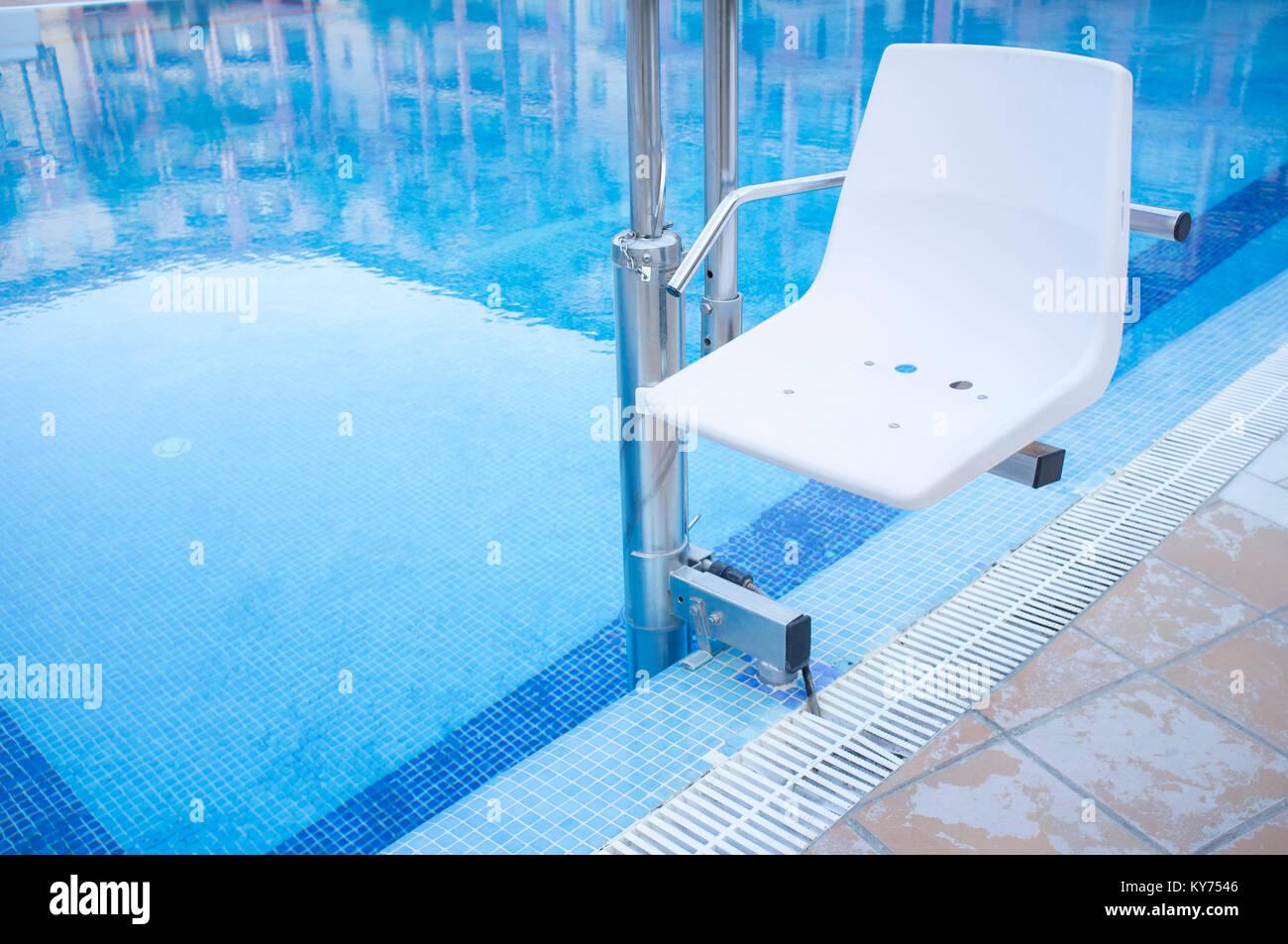 Schwimmbad Aufzug Für Behinderte Menschen Zugang Zum Pool. Ferien Resort  Hintergrund Stockbild