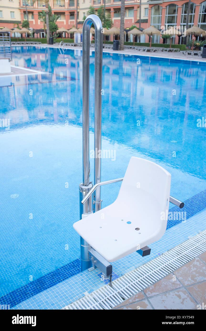 Charming Schwimmbad Aufzug Für Behinderte Menschen Zugang Zum Pool. Ferien Resort  Hintergrund Stockbild