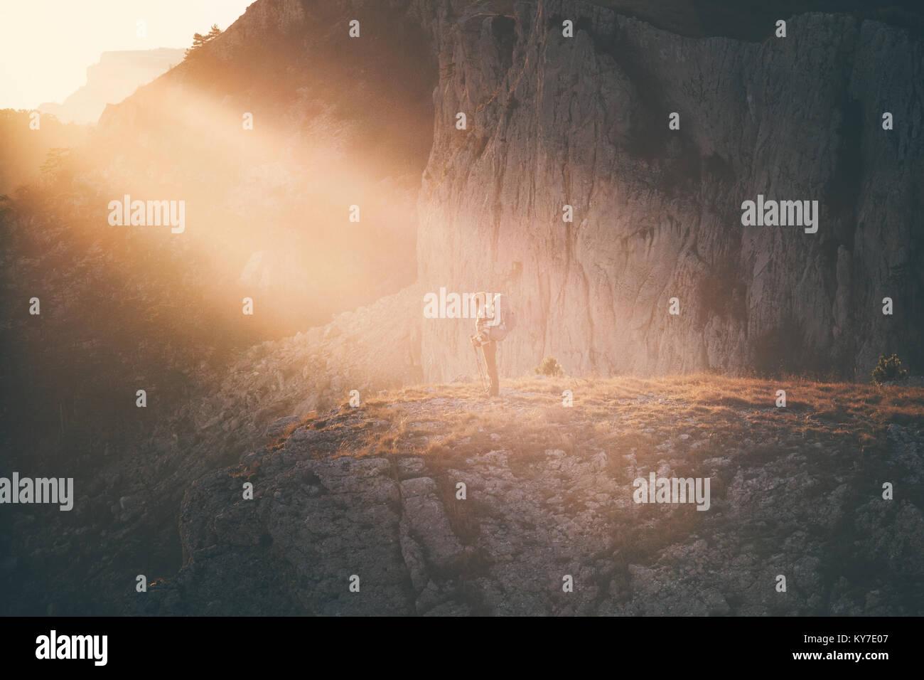 Frau Reisenden mit Rucksack wandern auf Klippe Reisen Lifestyle Konzept Abenteuer aktiv Urlaub Outdoor Rocky Mountains Stockbild