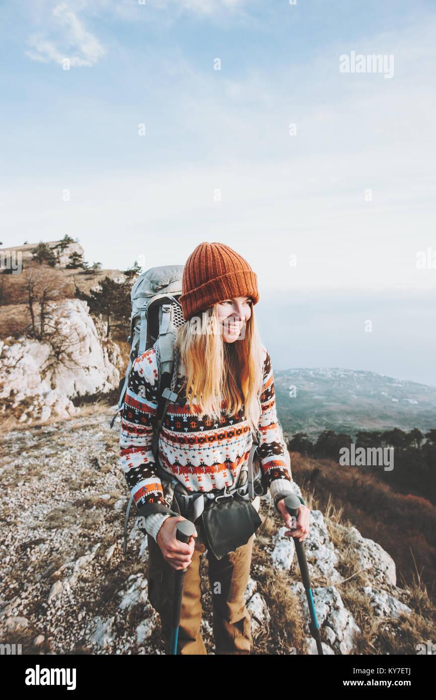 Glückliche Frau Reisenden mit Rucksack wandern Reisen Lifestyle Konzept Abenteuer aktiv Urlaub im Freien Stockbild