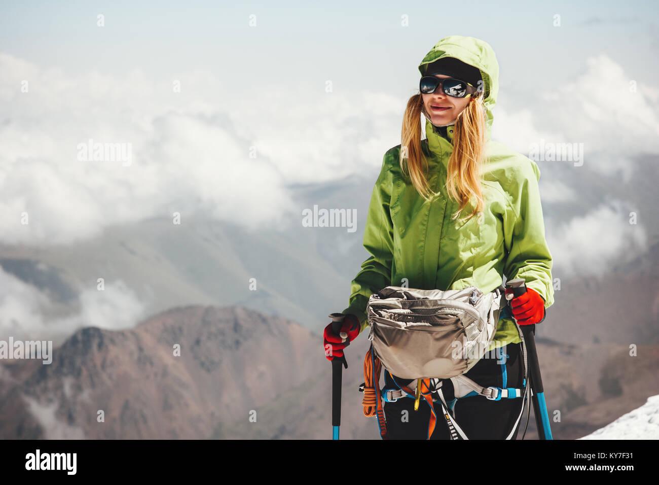 Frau Klettern am Berg Gipfel Reisen Lifestyle adventure Concept Active vacations outdoor Bergsteigen sport Erfolg Stockbild