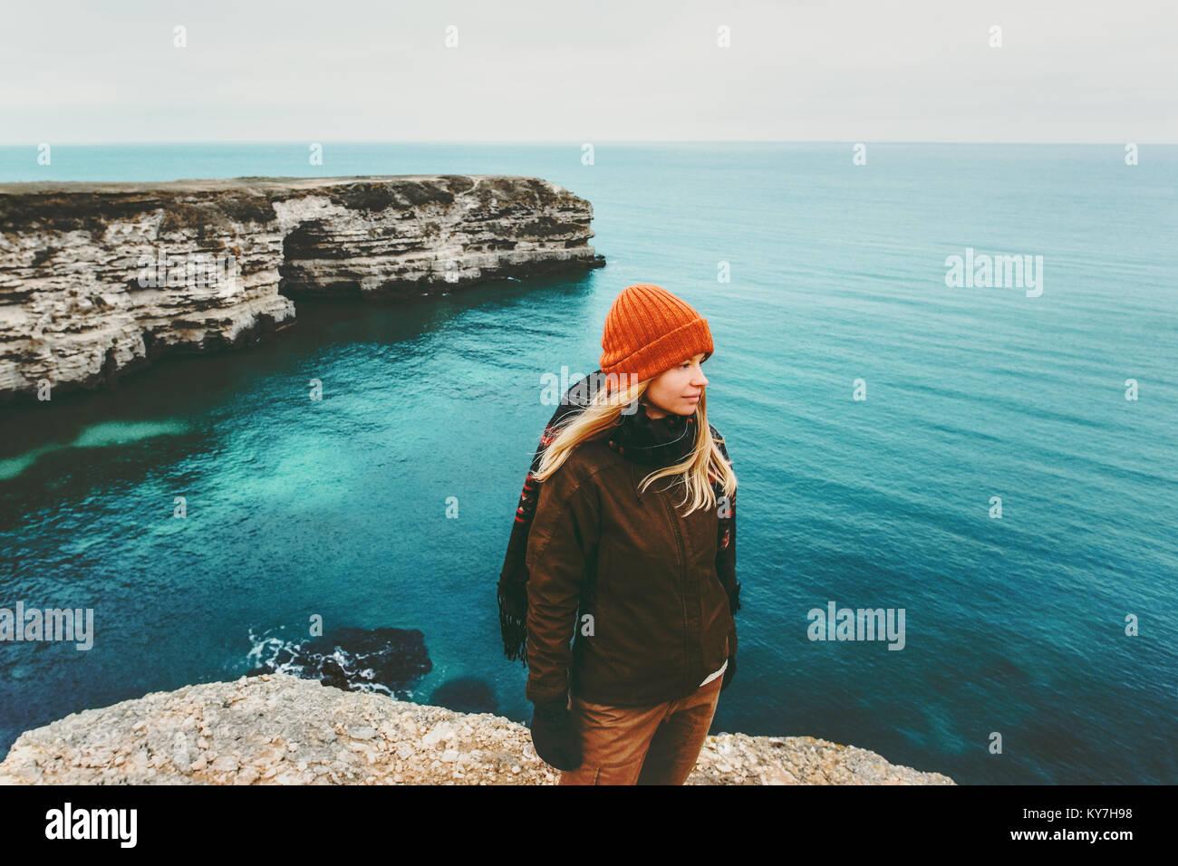 Frau Reisenden zu Fuß über dem Meer Reisen Lifestyle Konzept Abenteuer aktiv Urlaub im Einklang mit der Stockbild