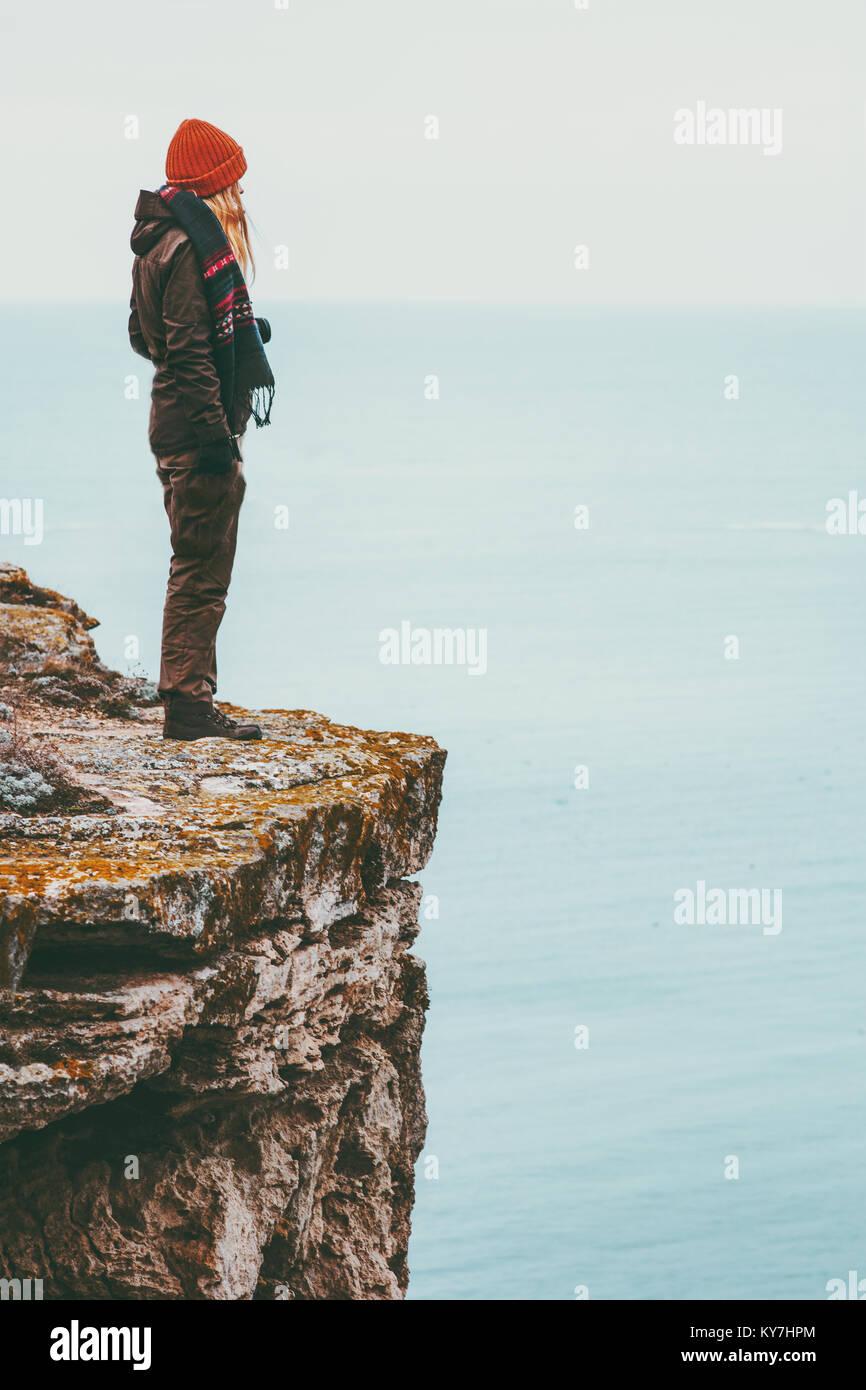Frau alleine auf der Klippe über dem Meer Reisen Lifestyle Konzept, Einsamkeit, Melancholie Emotionen Harmonie Stockbild
