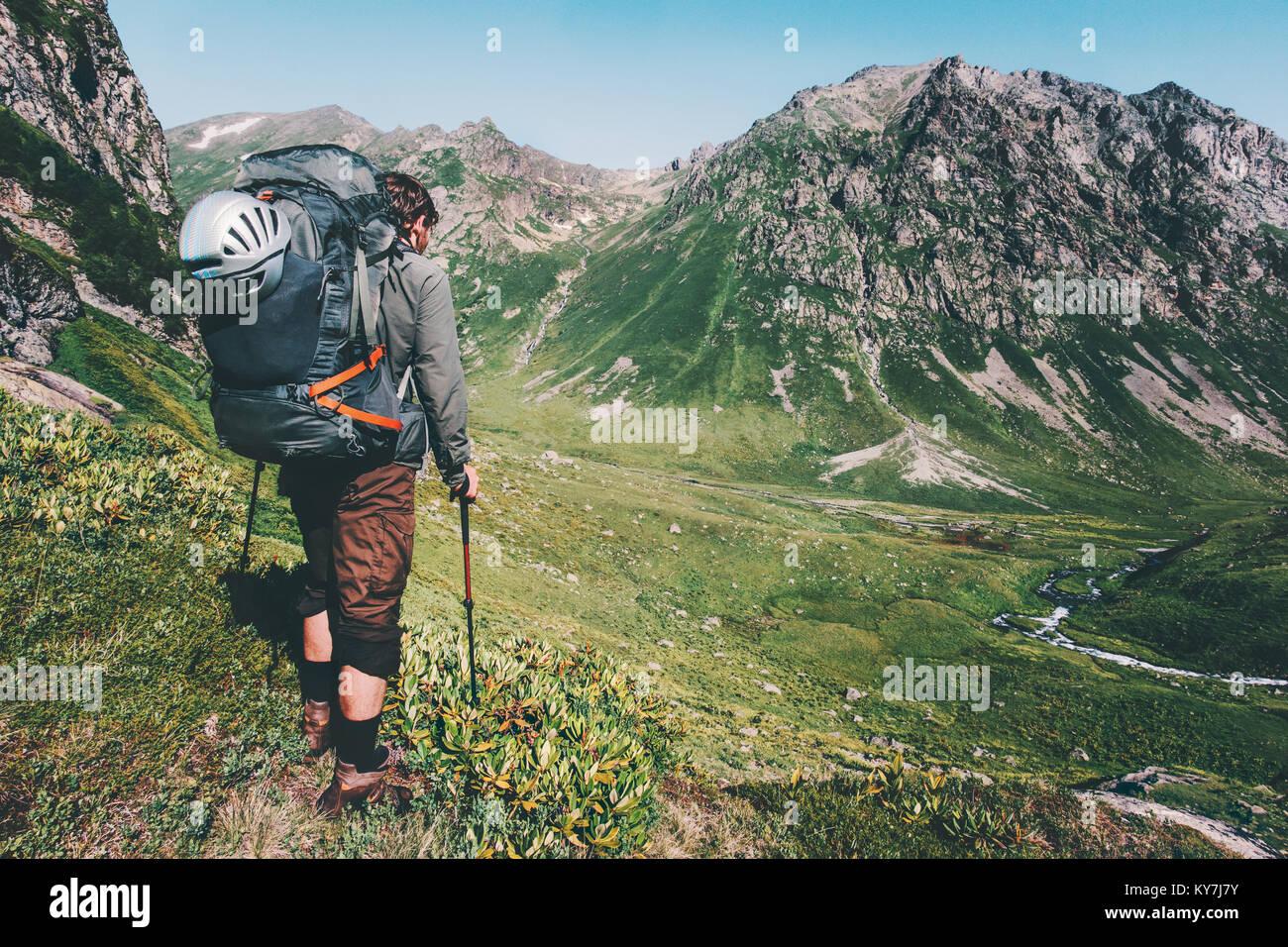 Menschen wandern in die Berge mit schweren grossen Rucksack Reisen Lifestyle Fernweh Abenteuer Konzept Sommer aktiv Stockbild