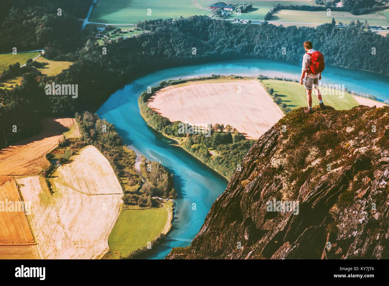 Reisen Mann auf Berge Klippe mit Rucksack Abenteuer lifestyle Konzept aktiven Wochenende Sommerferien Fluss Luftaufnahme Stockbild