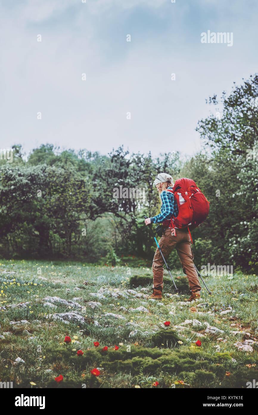 Touristische Frau mit Rucksack wandern Reisen Lifestyle Abenteuer Konzept Sommer Ferien im Freien wilden Natur zu Stockbild