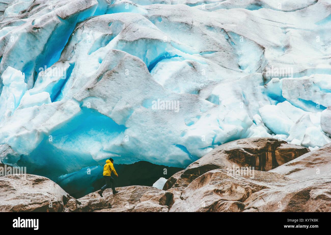 Mann laufen am Nigardsbreen Gletscher Reisen Lifestyle ökologie Konzept Abenteuer extreme Ferien im freien Stockbild