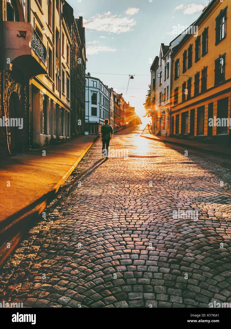 Man touristische Wanderungen in Sunset street Reisen Lifestyle Konzept Ferien gepflasterten Straße Stadt Alesund Stockbild
