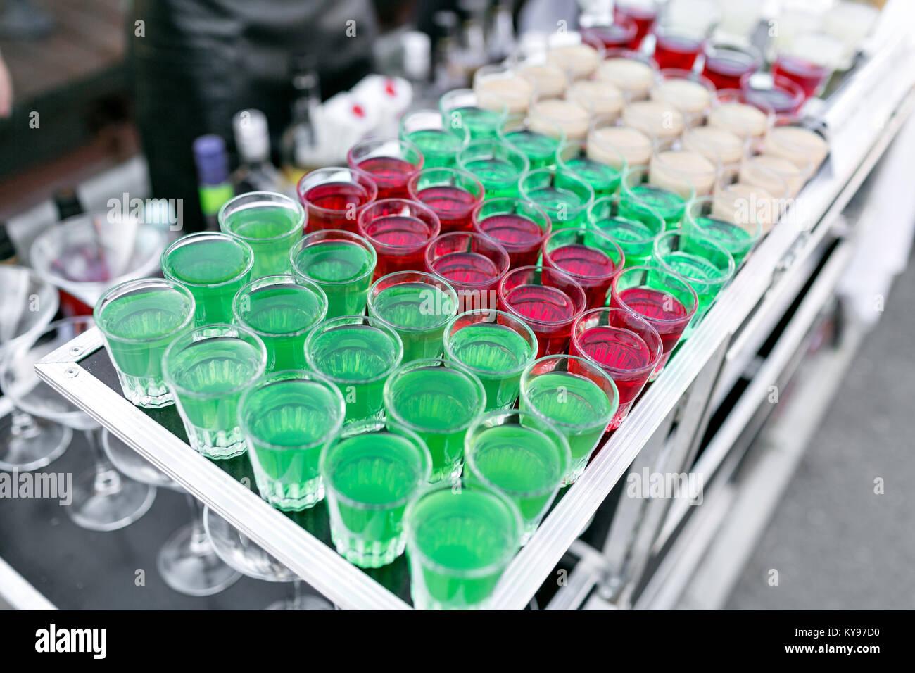 Zeile Zeile von verschiedenen farbigen alkoholische Cocktails auf einer Party Hochzeit oder Geburtstag Stockbild
