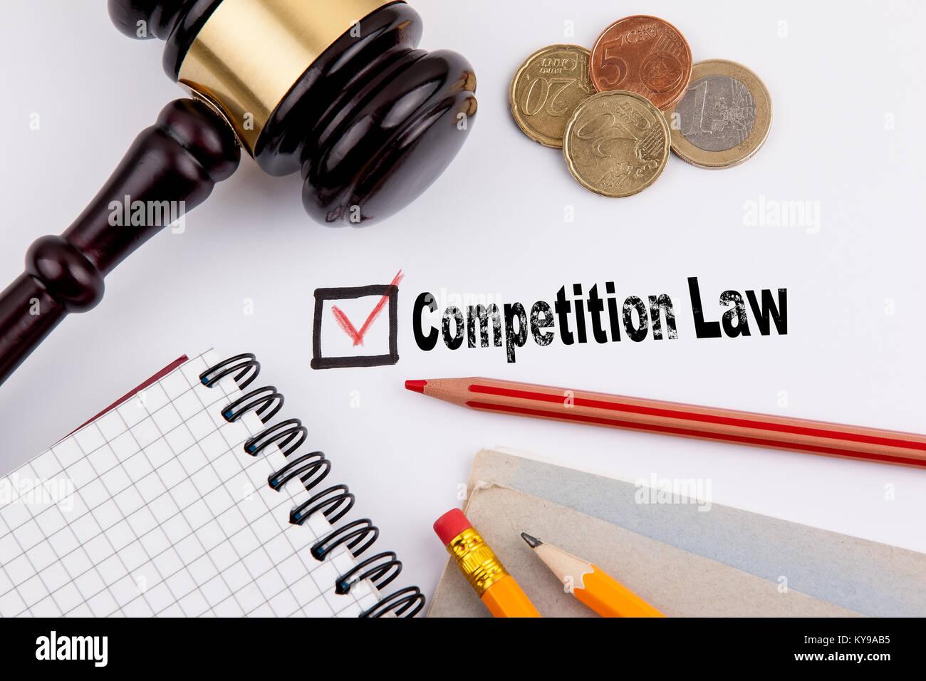Wettbewerbsrecht. Fragebogen mit rotem Kreuz auf weißem Papier Stockbild