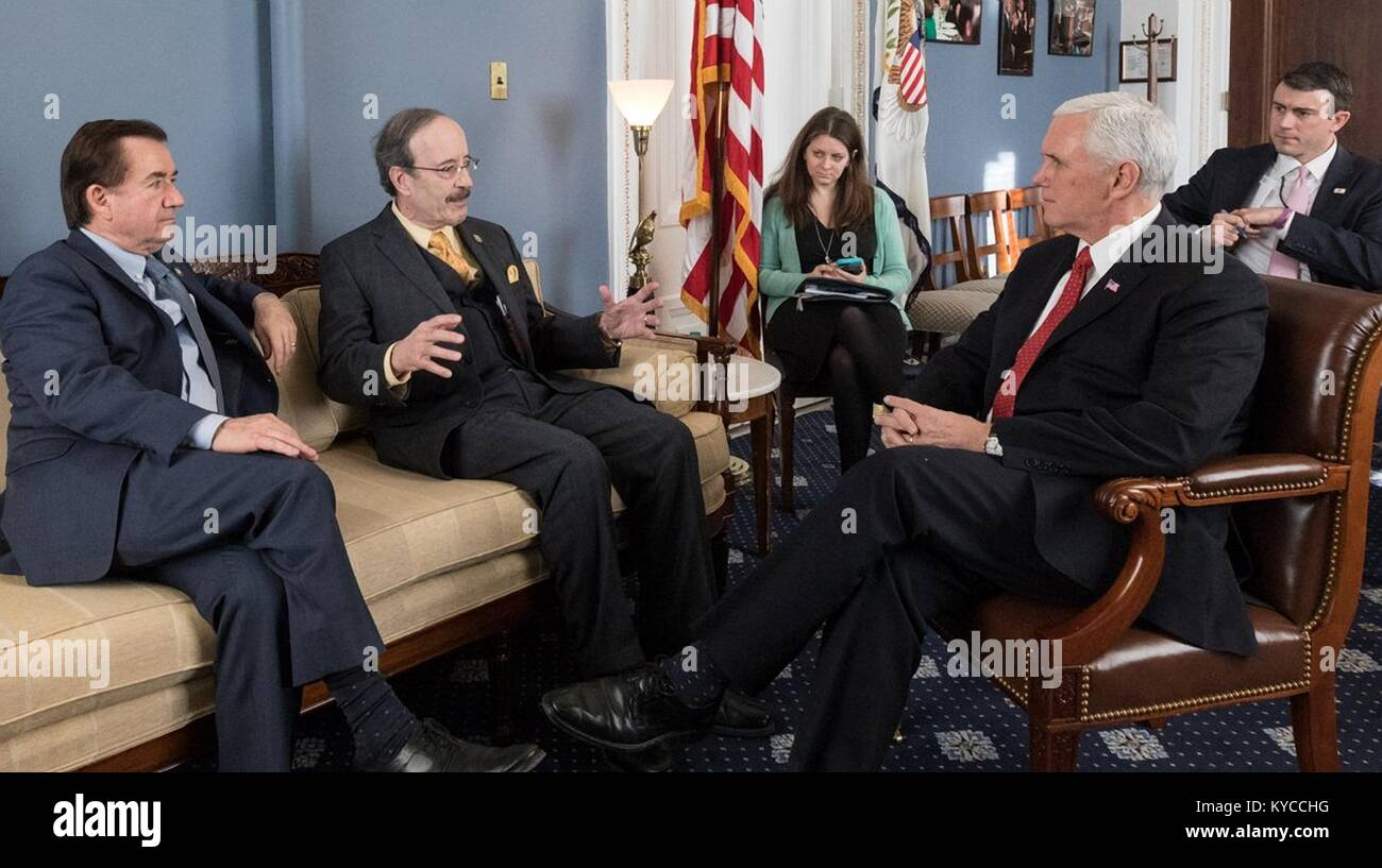 U.S. Vice President Mike Pence, rechts, trifft sich mit republikanischen Abgeordneten des Kongresses der Iran protestiert Stockbild