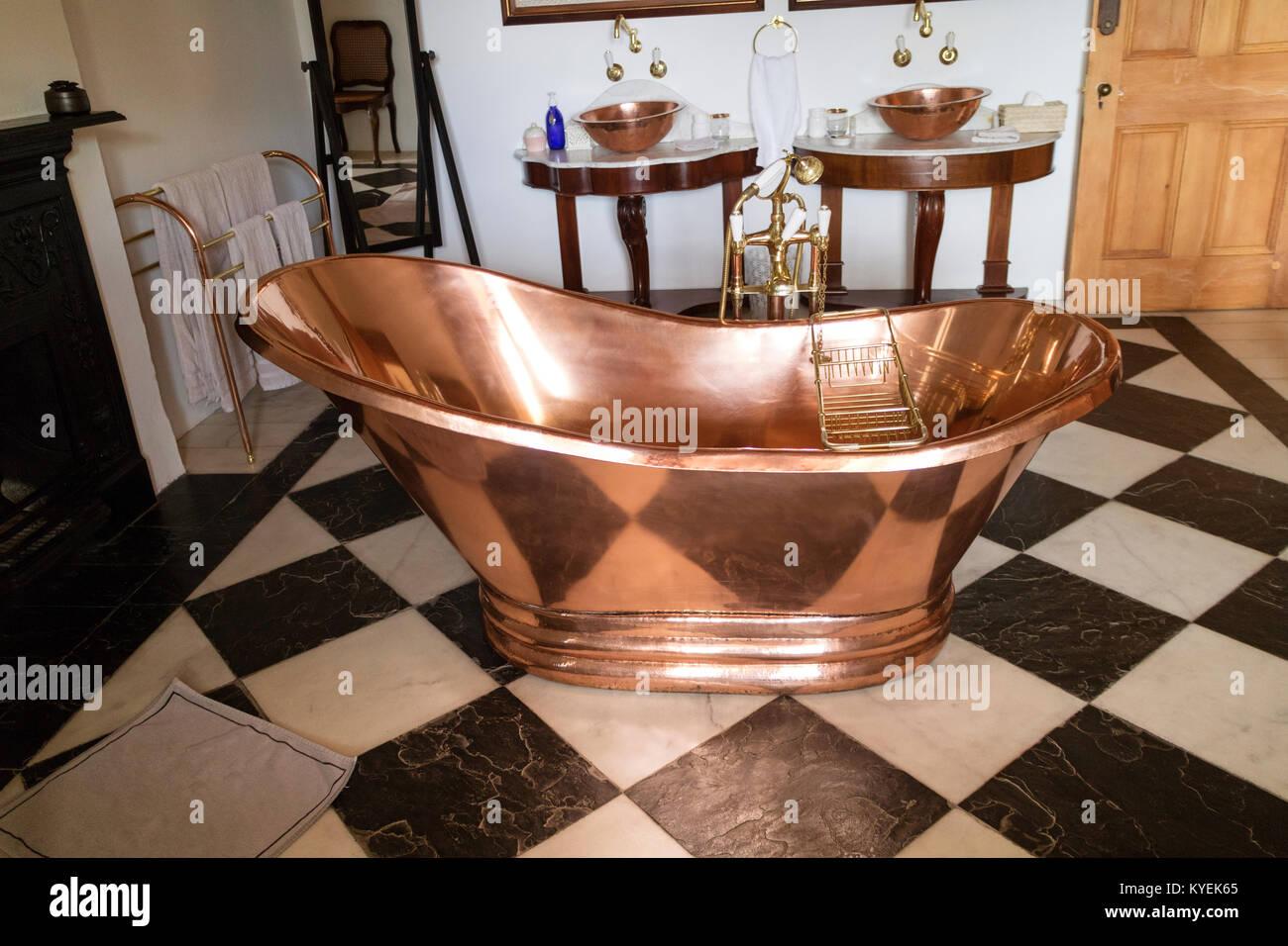 Ein Kupfer Badewanne Auf Einem Schwarz Weiß Gefliesten Boden