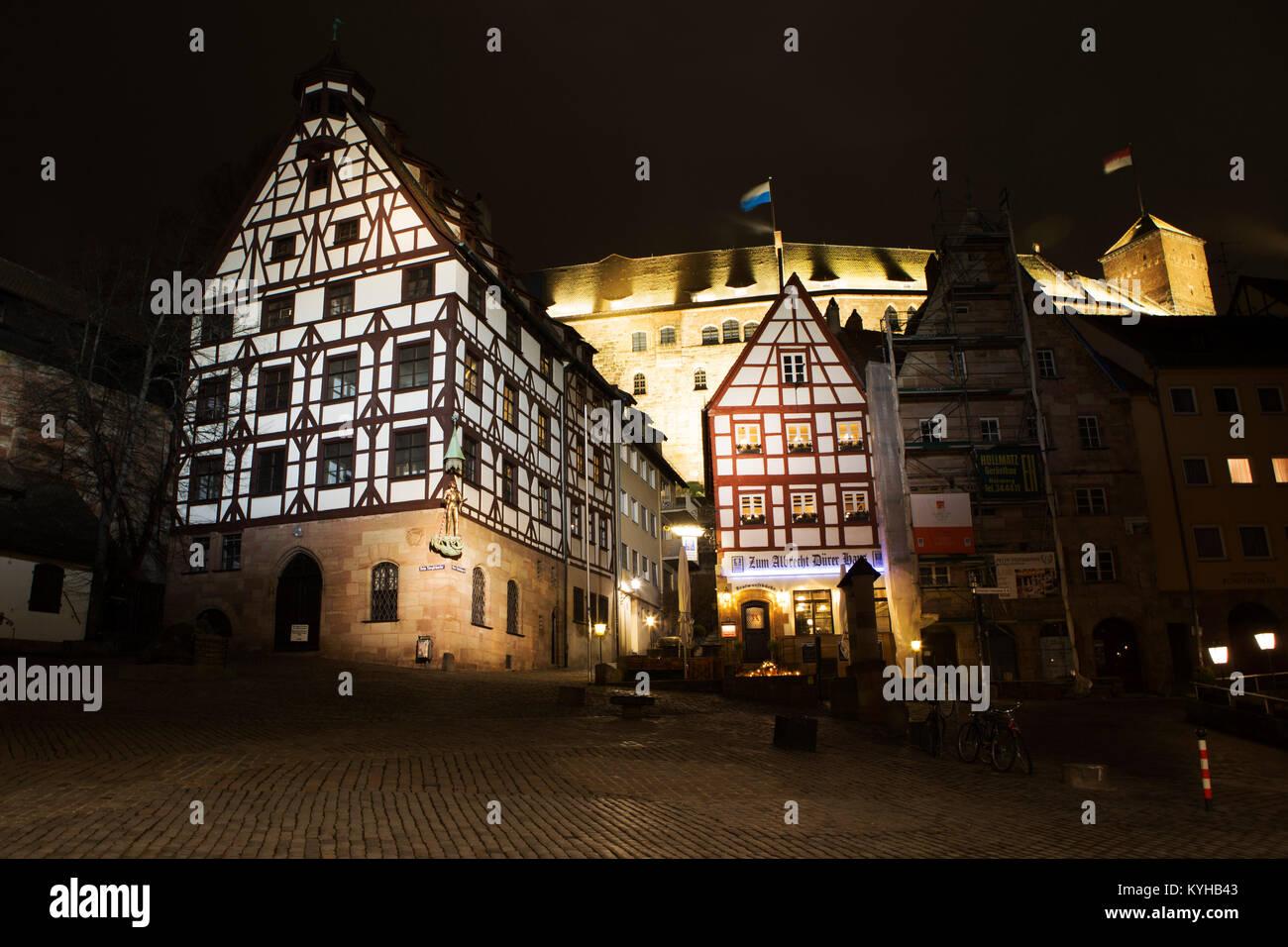 Fachwerkhäuser in der Nacht in Nürnberg, Deutschland. Die Gebäude im Zentrum war einst das Haus des Stockbild