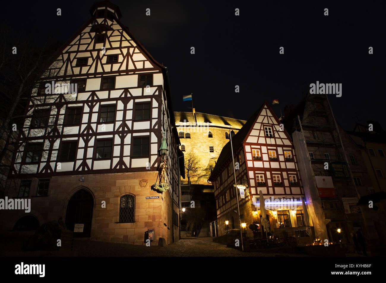 Fachwerkhäuser in der Nacht in Nuermberg, Deutschland. Das Fachwerkhaus auf der rechten Seite der Bilder war Stockbild