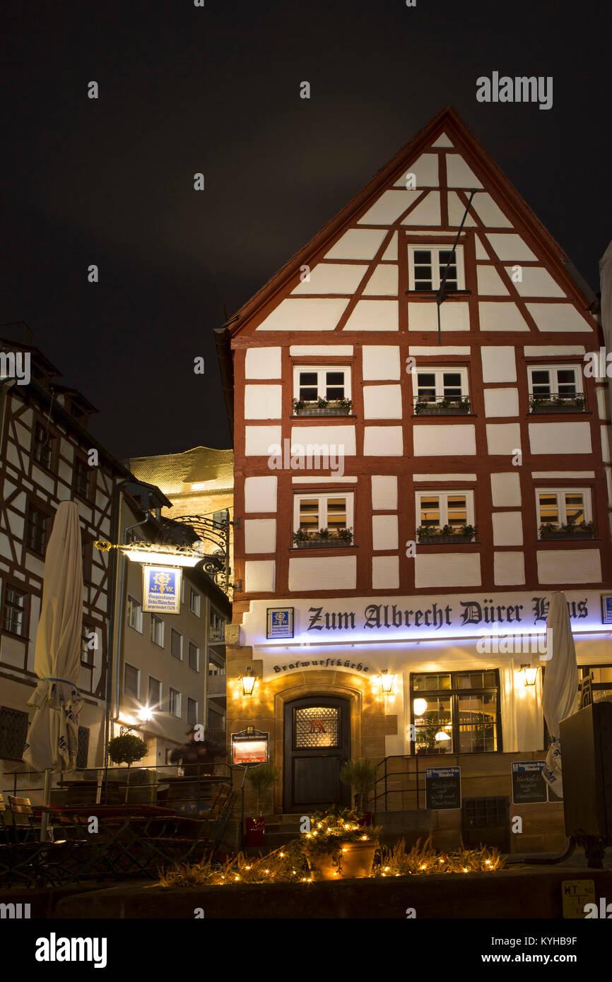 Fachwerkhaus in der Nacht in Nürnberg, Deutschland. Das Gebäude, in dem einst das Haus des Künstlers Stockbild