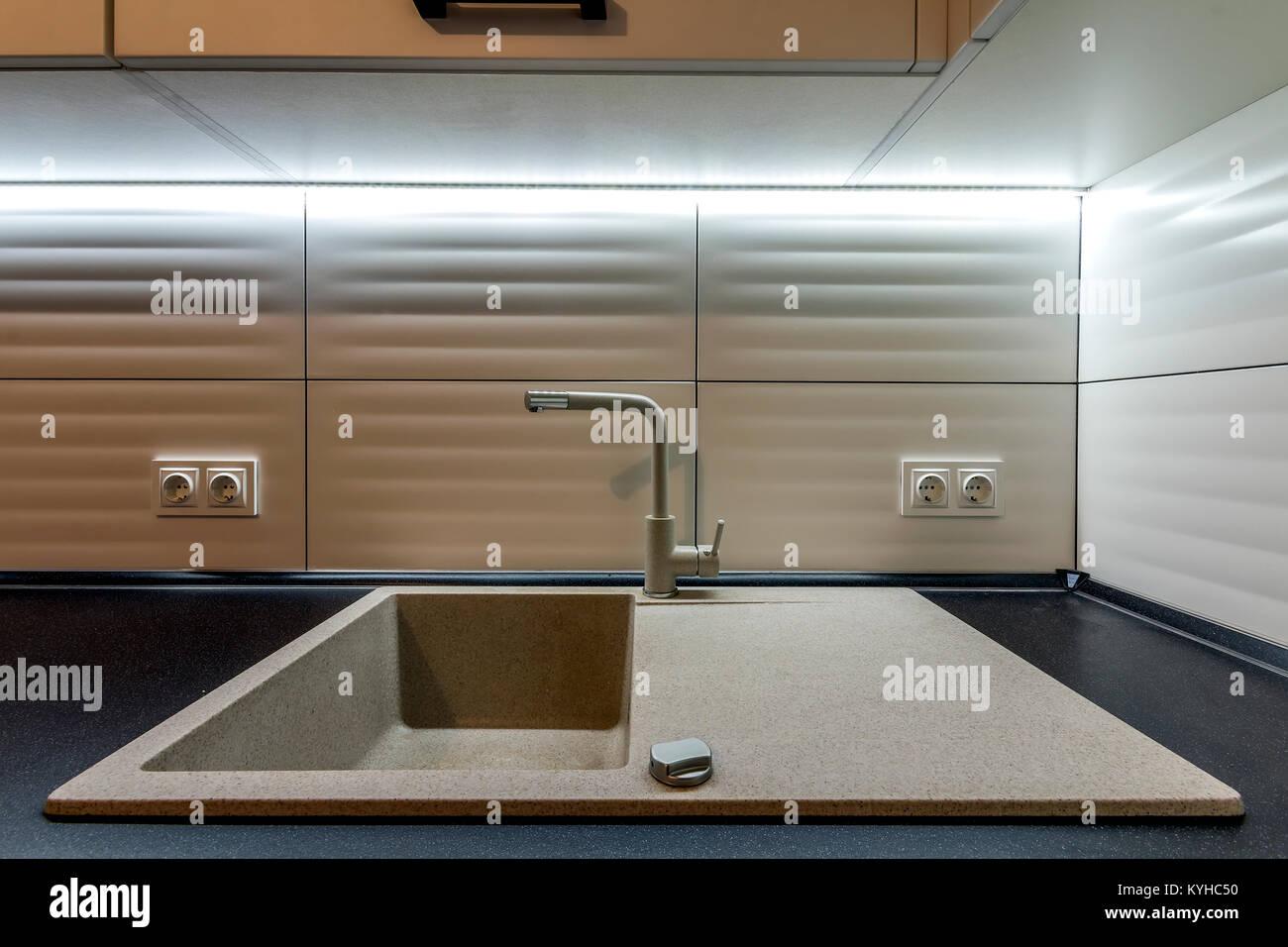 Küchen Waschbecken Granit granit waschbecken und wasserhahn in neue moderne küche innenraum