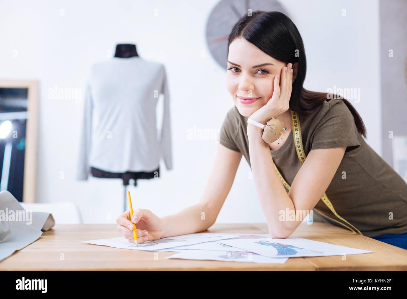 Pretty Woman suchen glücklich, während Ihre Zeichnung Endbearbeitung Stockbild