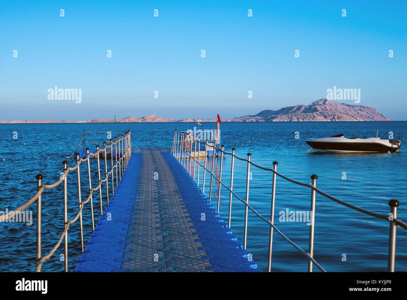 Ponton im Roten Meer, Boot und die Insel Tiran Stockbild