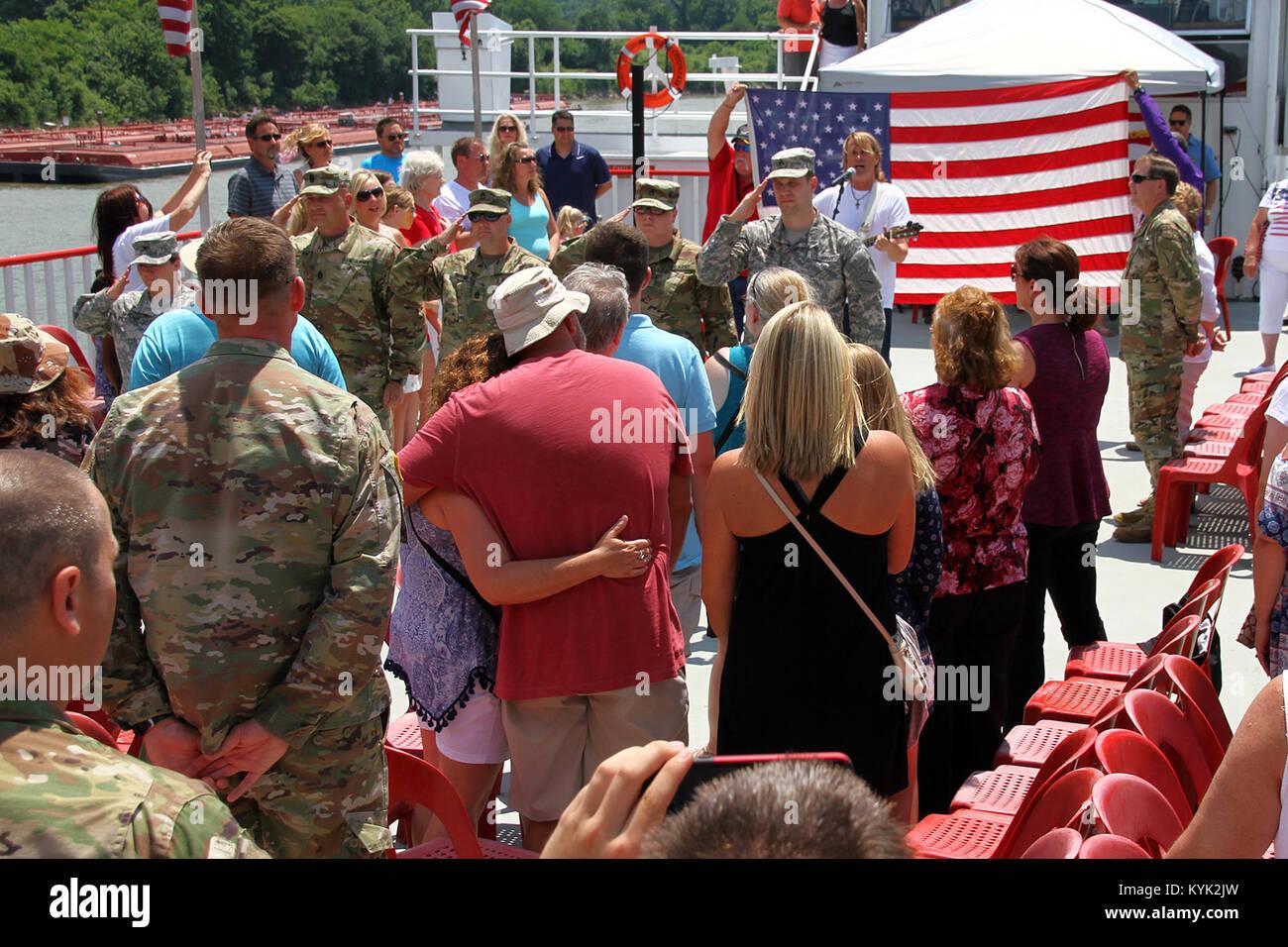 Country Music Singer, Rocky Lynne unterhält Gold Star Familien während des vierten Überlebenden aufsuchende Stockbild