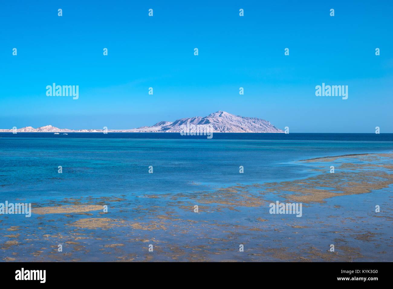 Blick auf die Insel Tiran vom Roten Meer Stockbild