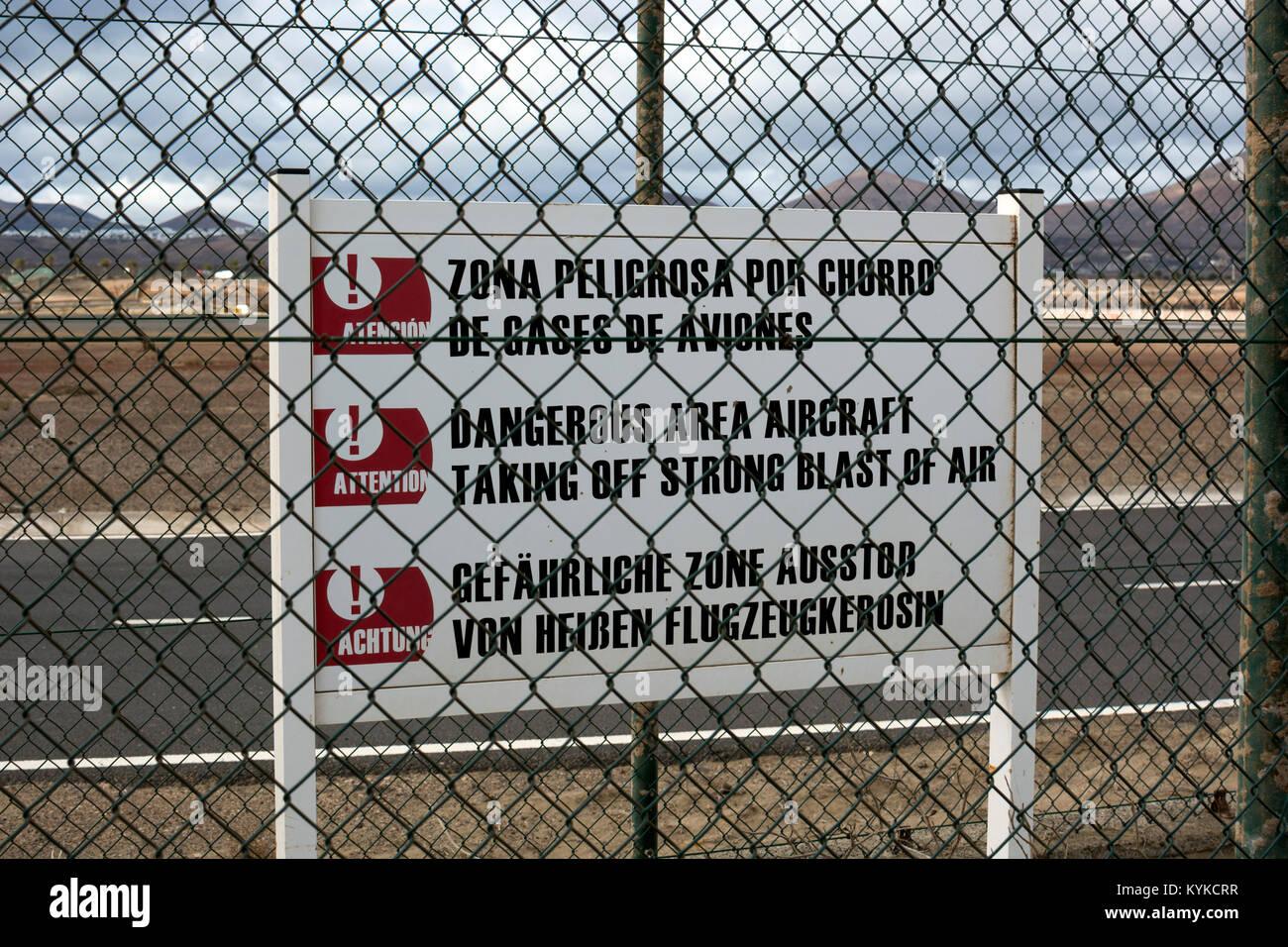 Warnschild am Flughafen Arrecife, Lanzarote, Kanarische Inseln, Spanien. Stockbild