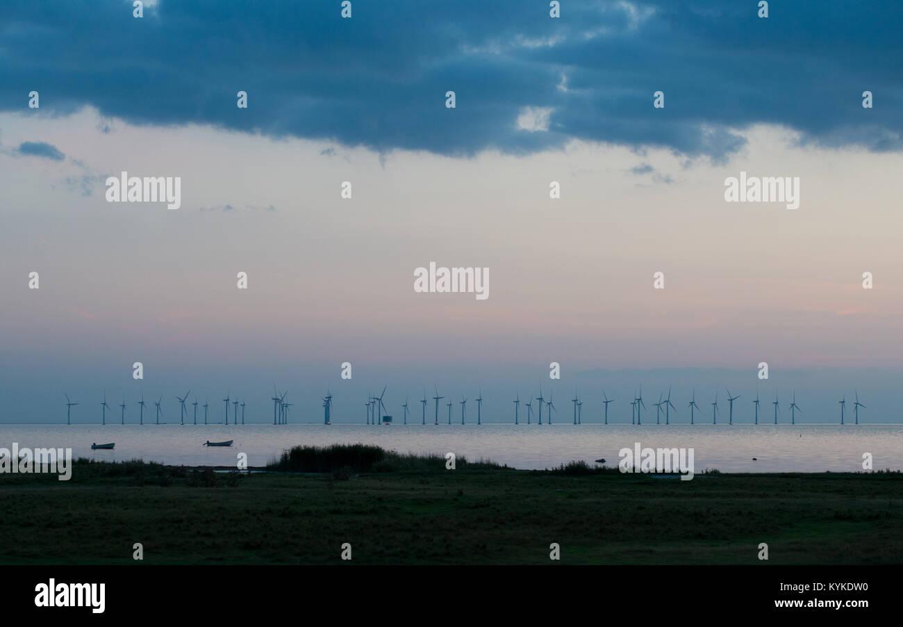 Windkraftanlagen im Oresund bei Dämmerung aus Bunkelfostrand in Malmö, Schweden gesehen Stockbild