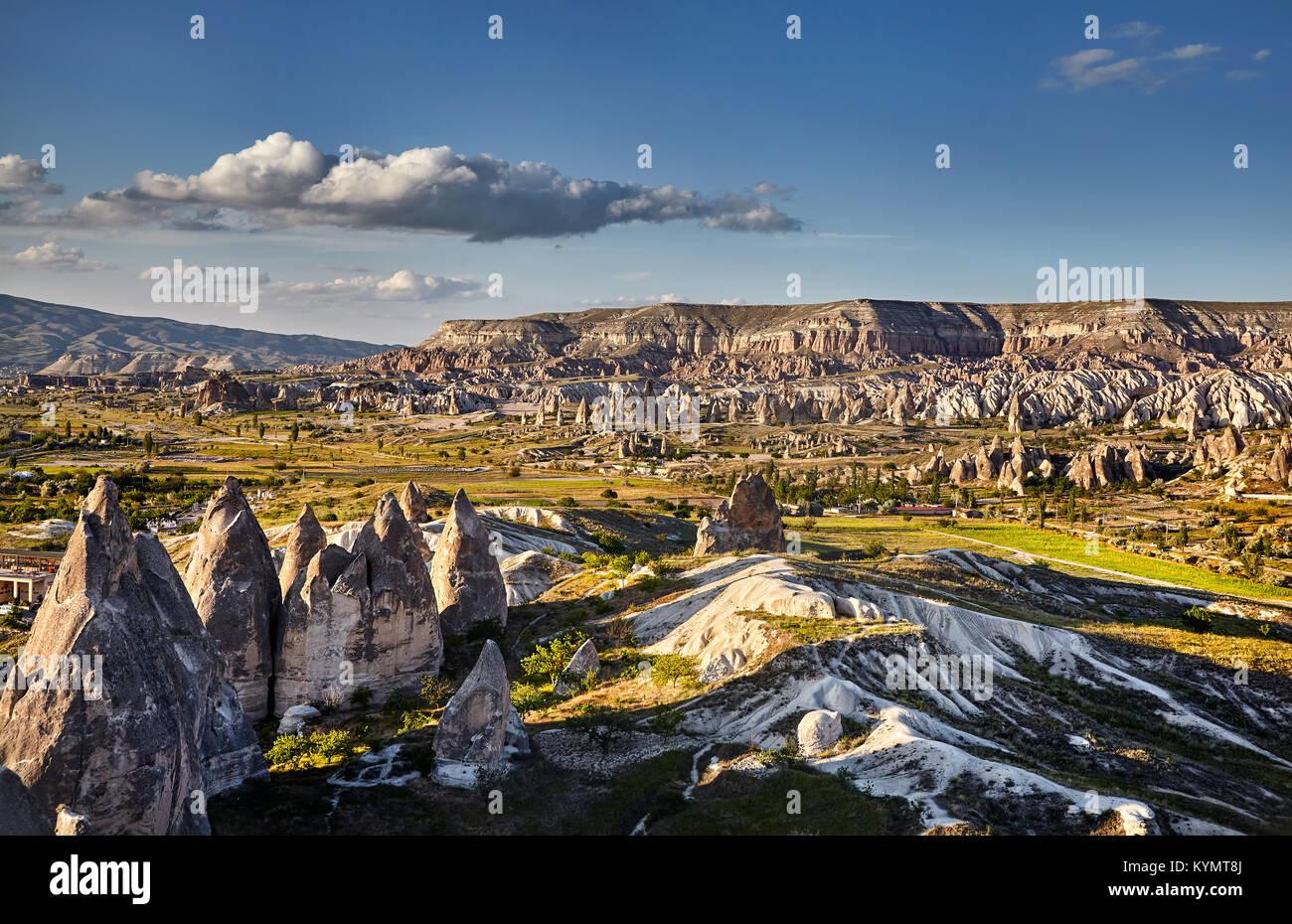 Die schöne Landschaft des alten geologischen Formation namens Feenkamine bei Sonnenuntergang in Kappadokien, Stockbild
