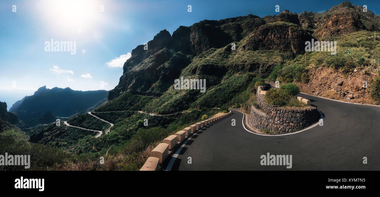 Panoramablick auf die Berge gewundenen Straße zum Dorf Masca, Teneriffa, Spanien Stockbild
