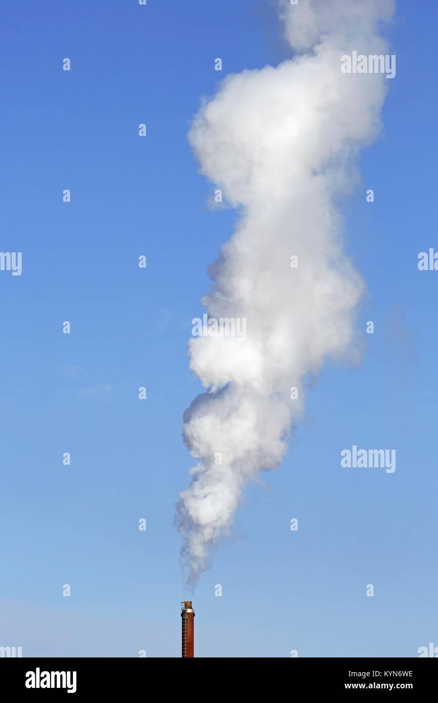 Industrielle Schornstein/Rauch Stapel/Smokestack gegen den blauen Himmel an einem windstillen Tag Stockbild