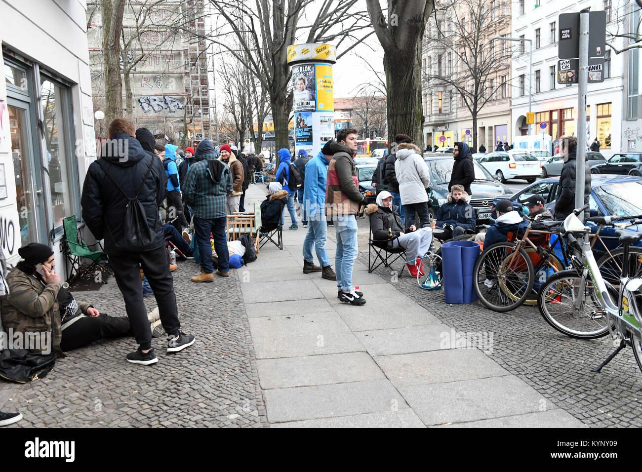 Mehrere hundert Menschen Camp vor einem Schuhgeschäft, das Adidas Sneaker mit integriertem BVG (Berliner Verkehrsbetriebe) Stockfoto