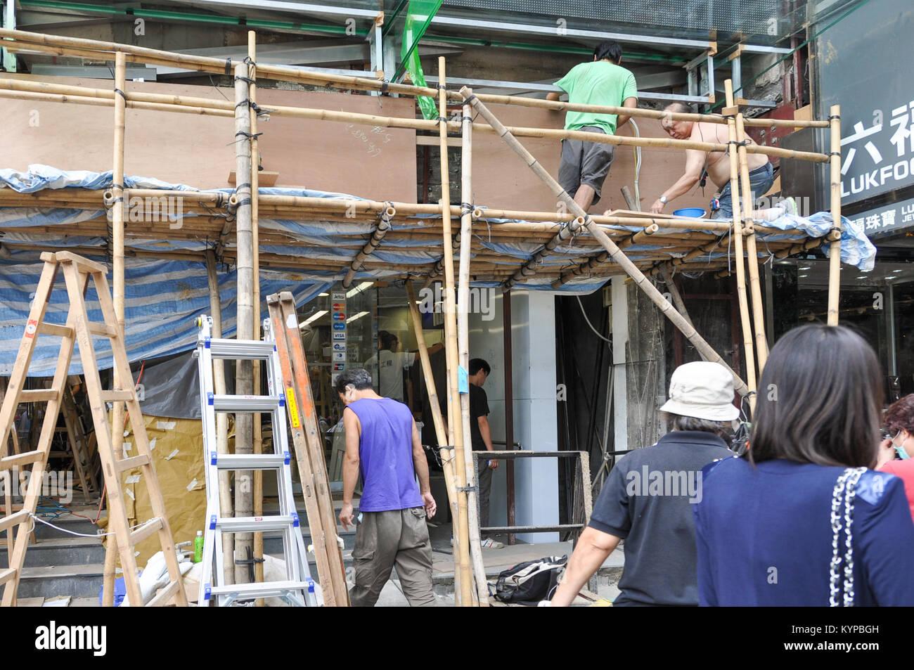 Bauarbeiter mit Bambus Gerüst in Hongkong Stockbild