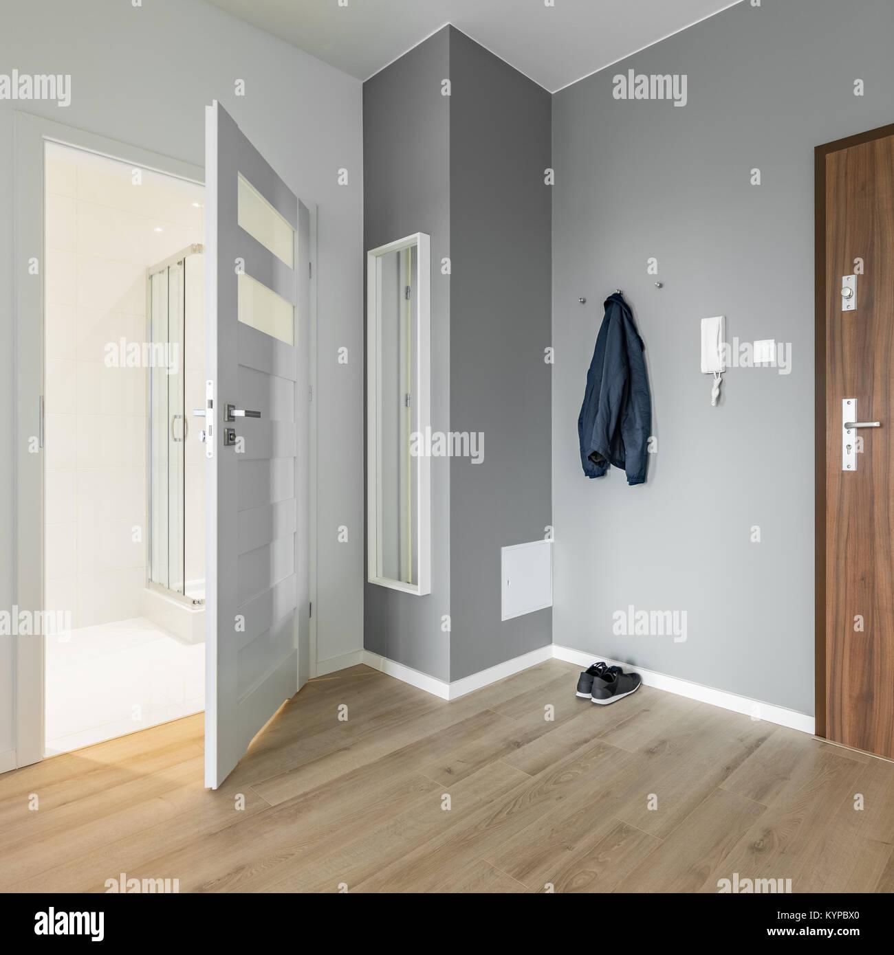grau und wei eingangsbereich mit h lzernen t r und spiegel stockfoto bild 171981320 alamy. Black Bedroom Furniture Sets. Home Design Ideas