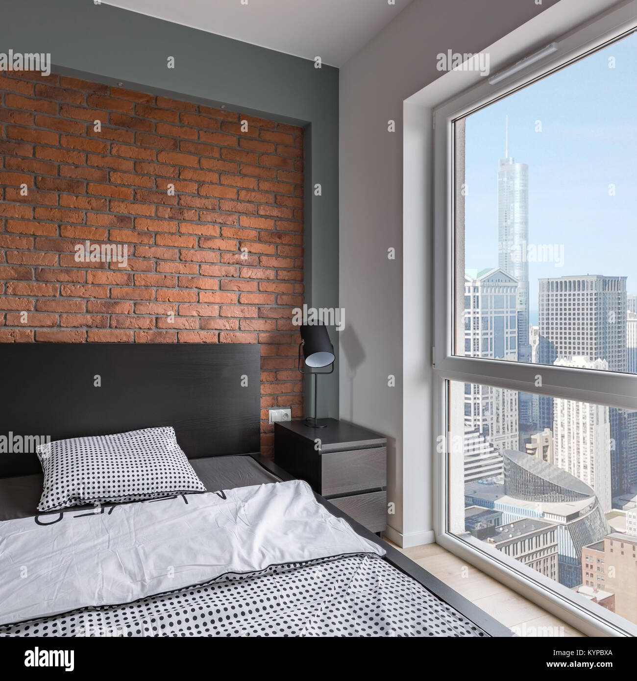 industrielle schlafzimmer mit bett rote wand und fenster stockfoto bild 171981330 alamy. Black Bedroom Furniture Sets. Home Design Ideas