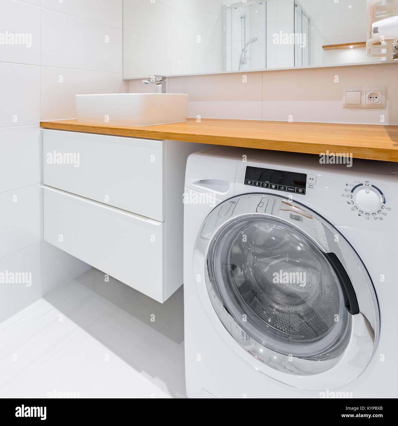 Weißes Badezimmer mit Holz Arbeitsplatte, Waschbecken, Schrank